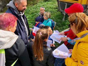 Spiegazione mappa durante Caccia al Tesoro - Cosa fare con i bambini a Pietracamela