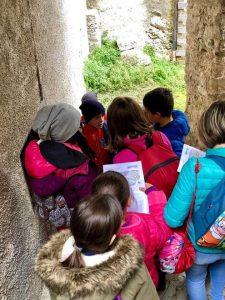 Cercando le lanterne durante la Caccia al Tesoro - Cosa fare con i bambini a Pietracamela