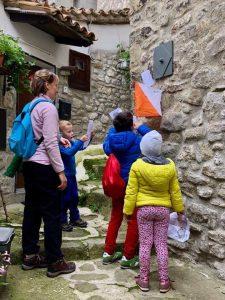 Lanterna numero 5 durante la Caccia al Tesoro - Cosa fare con i bambini a Pietracamela