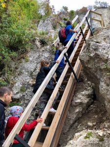 Passerella per scendere a vedere le pitture rupestri - Cosa fare con i bambini a Pietracamela