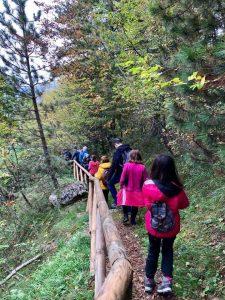 Sentiero di ritorno dalla visita alle Pitture Rupestri Cosa fare con i bambini a Pietracamela