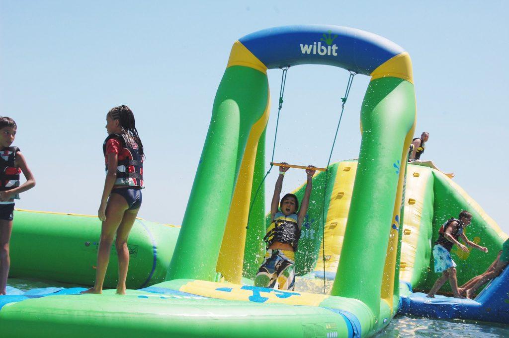 Giochi del Parco Acquatico sul mare a Pineto, in provincia di Termo