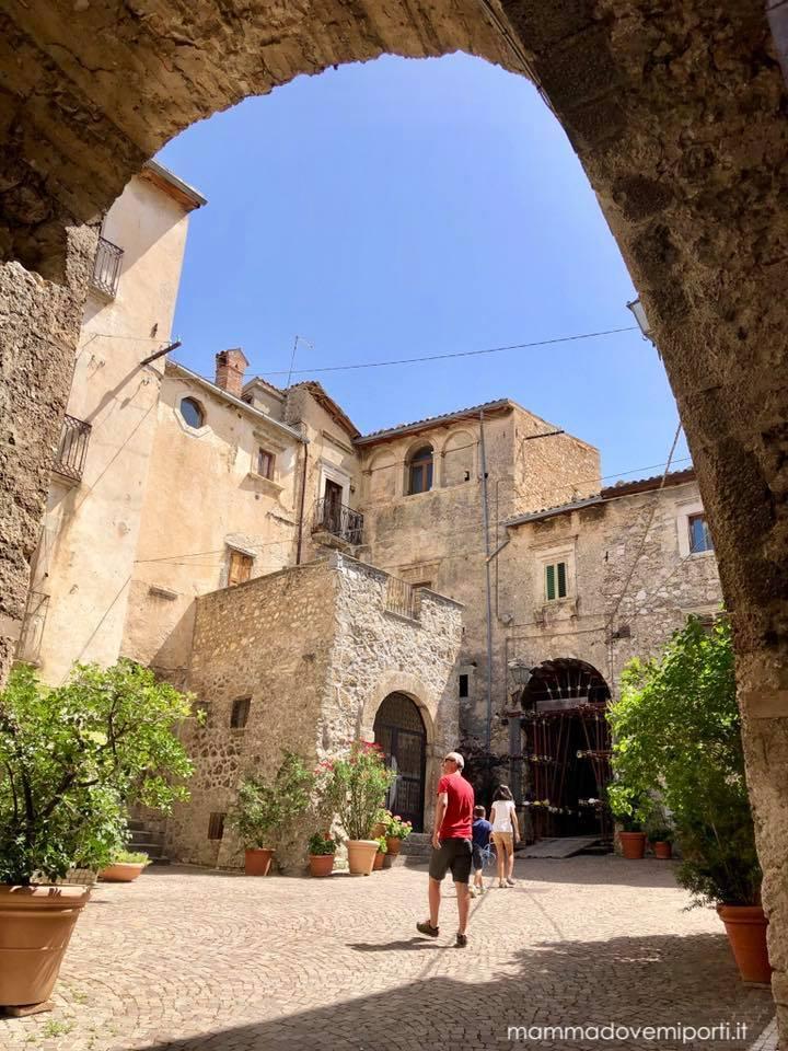 Ingresso centro storico Castelvecchio Calvisio con i bambini
