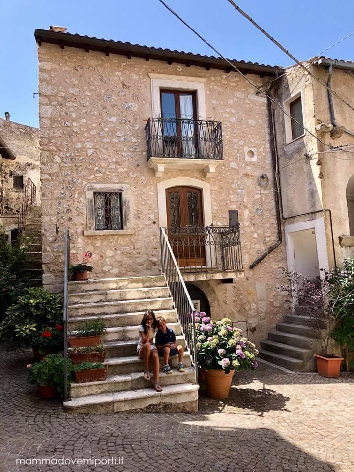 Scalinata ingresso centro storico Castelvecchio Calvisio con i bambini
