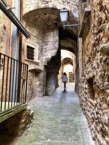 La via principale di Castelvecchio Calvisio