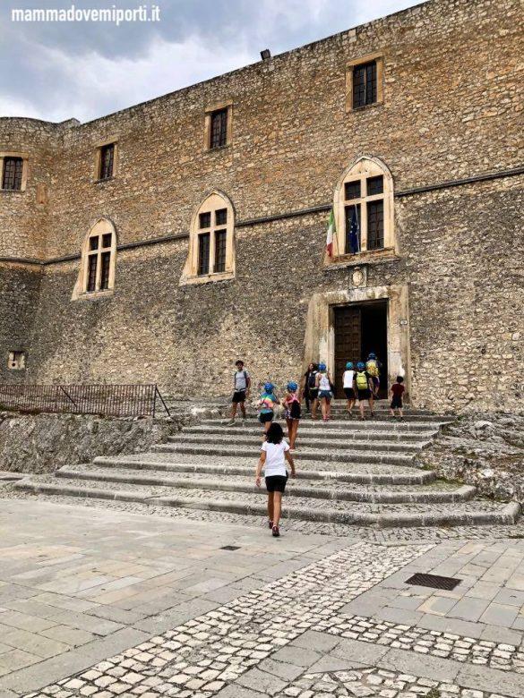 Visita al Castella Piccolomini di Capestrano durante l'escursione in e-bike con Il Bosso